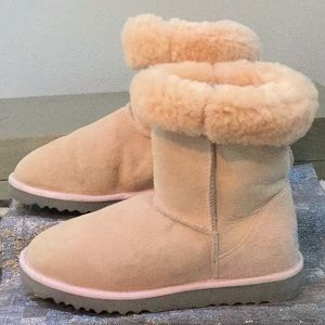 UGG woman's size 7 short boot pink